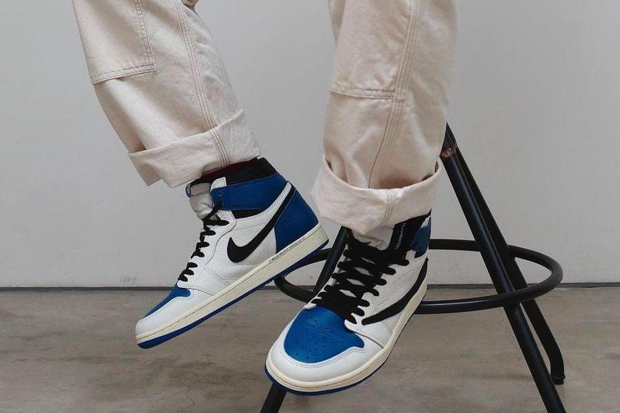 travis-scott-fragment-design-air-jordan-1-high-og-military-blue-on-foot-look-release-2021
